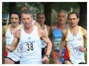 """Lamezia Terme (CZ), 13 febbraio 2011 - C.d.S. regionale di cross - Pino Sestito (38) conduce su un gruppetto di atleti """"canuti"""""""